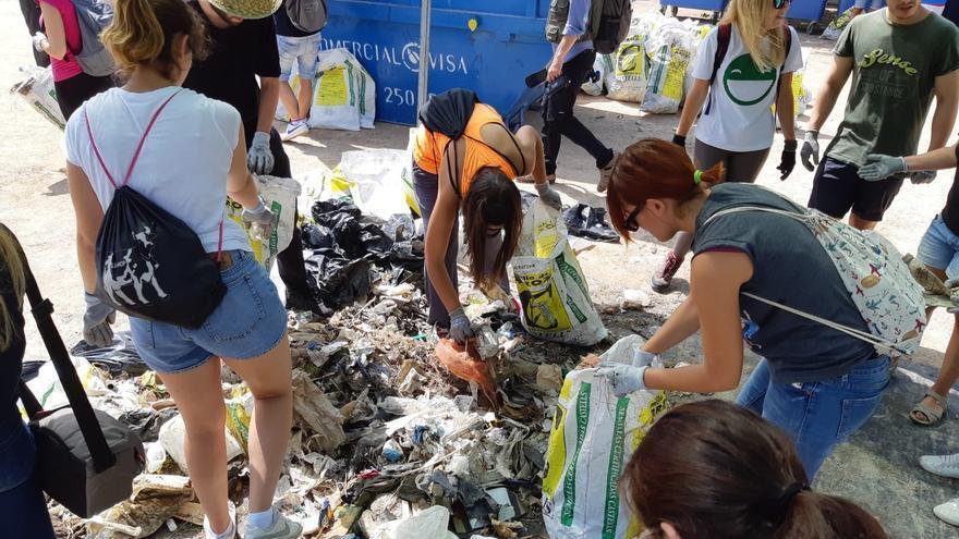 Voluntarios extraen montañas de residuos en una jornada de limpieza en la Albufera