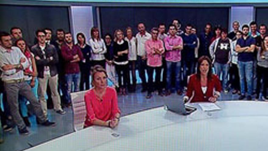 Trabajadores de Canal 9 tras anunciarse el cierre de la cadena.