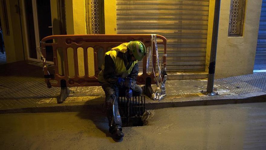 Susana Díaz y Zoido visitan juntos una de las zonas inundadas de Málaga