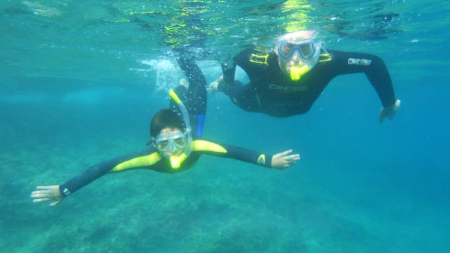 Dos participantes en las actividades de snorkel de Plancton. / Plancton