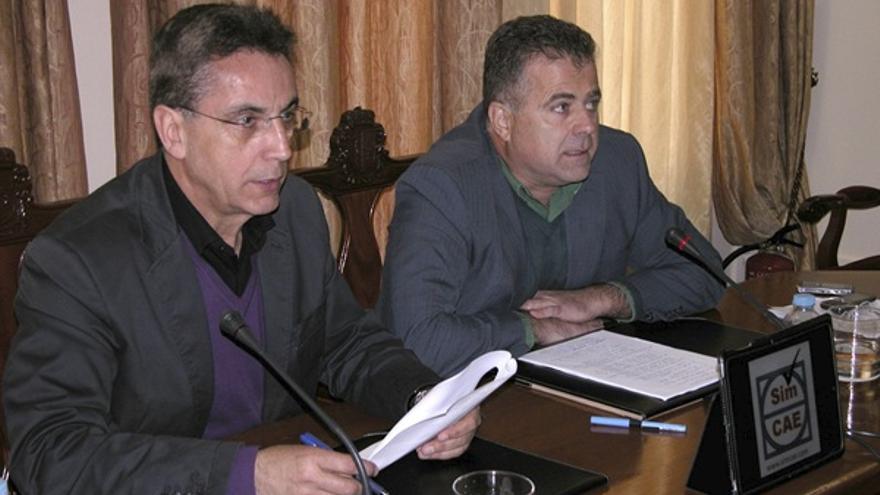 El exalcalde de Arona, José Alberto González Reverón (iz) acompañado del exconcejal de Medio Ambiente, Antonio Sosa. EFE