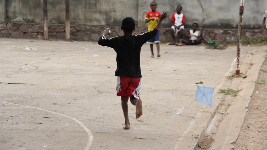 Niños jugando con cometas que han fabricado ellos mismos en el centro  Bana Ya Poveda.