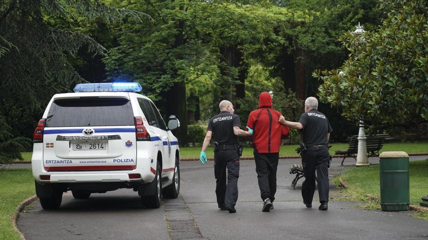 Varios miembros de la Ertzaintza cogen a una persona detenida en  Bilbao, País Vasco, a 23 de mayo de 2020.