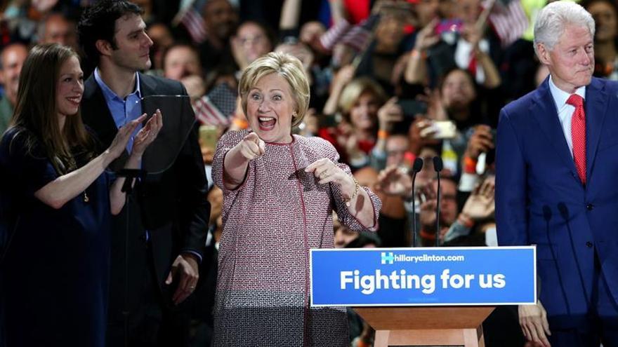 Clinton gana en Nueva York con el apoyo de su partido y Trump declara la guerra a los republicanos