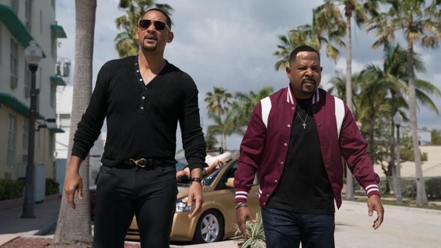 """Fotograma cedido por Sony Pictures donde aparecen los actores Will Smith (i) y Martin Lawrence (d) como los detectives Mike Lowrey y Marcus Burnett, respectivamente, durante una escena de la película """"Bad Boys for Life"""" que promete mucha acción en su desembarco en los cines este fin de semana."""
