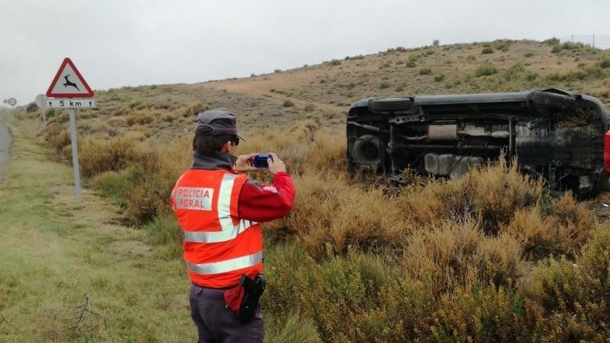 Dos heridos leves al salirse de la vía y volcar en Tudela