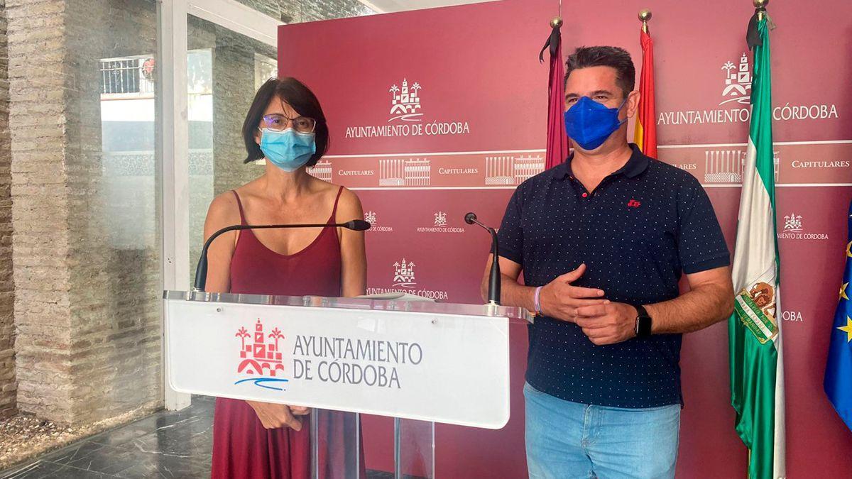 Los concejales de IU Amparo Pernichi y Pedro García.