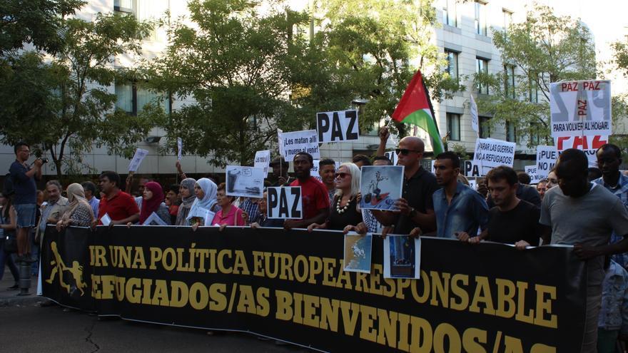 Cabecera de la manifestación celebrada hoy en Madrid para dar la bienvenida a los refugiados. Foto: Alberto Ortiz