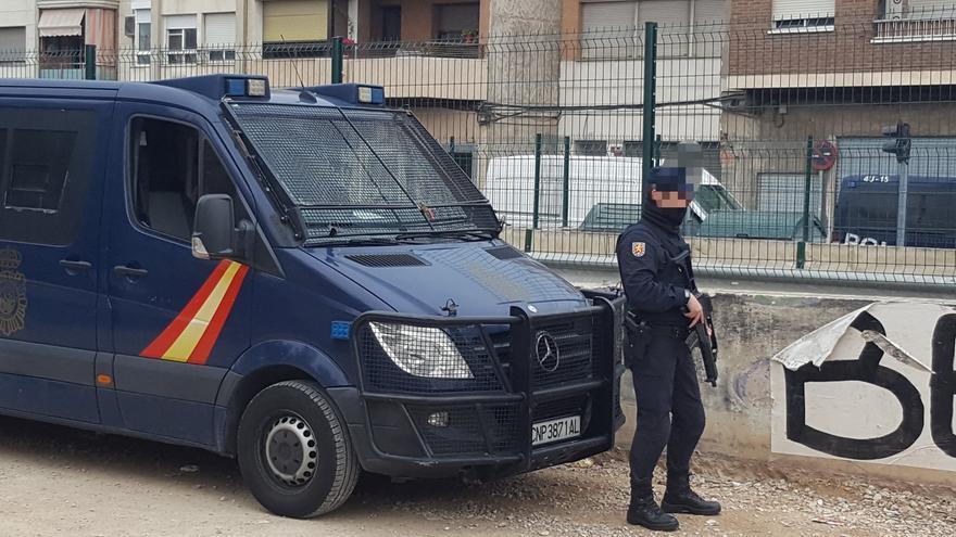 La Policía Nacional exhibe subfusiles de asalto en las vías del AVE en Murcia