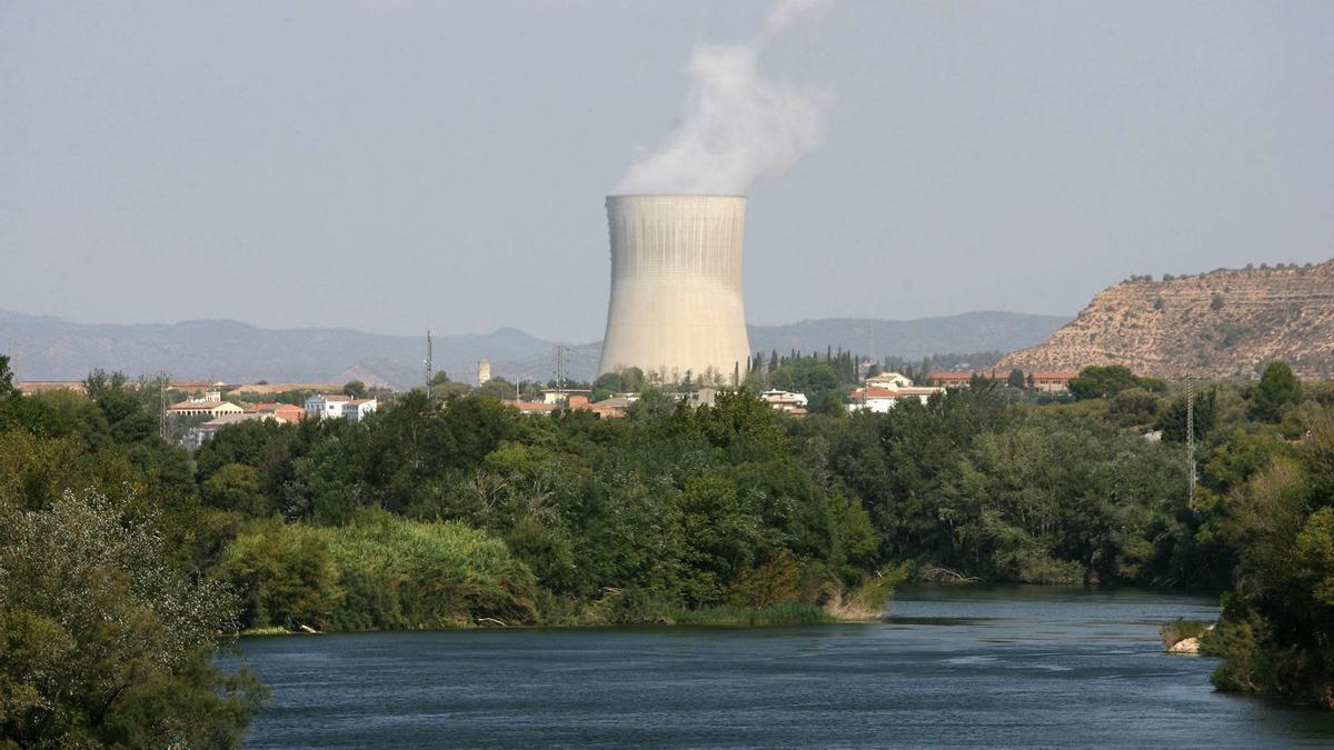 Vista de la torre de refrigeración de la central nuclear de Ascó I (Tarragona). EFE/Jaume Sellart/Archivo
