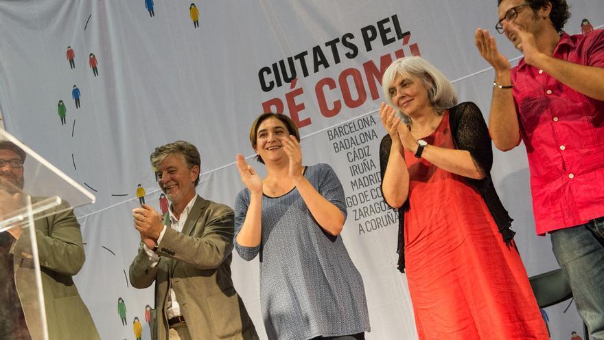 """Pedro Santisteve, Ada Colau, Dolors Sabater i José María """"Kichi"""" durante el acto conjunto en Barcelona / SANDRA LÁZARO"""