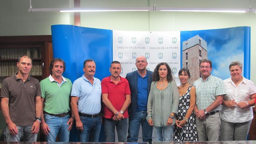 Anselmo Pestana y Jovita Monterrey junto a varios alcaldes de la Isla.