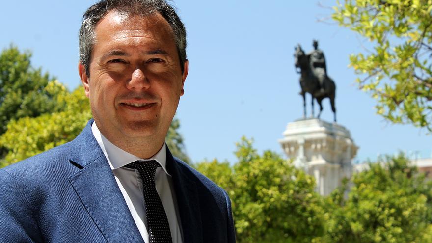 El candidato del PSOE a alcalde de Sevilla, Juan Espadas. De fondo, la estatua del rey Fernando III. / J.M.B.