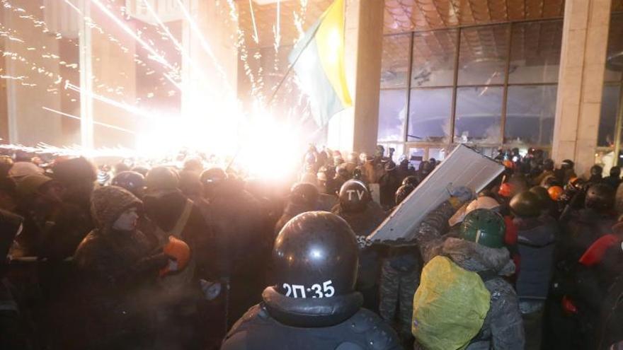 Los manifestantes ucranianos permitieron la salida de los policías asediados en Kiev