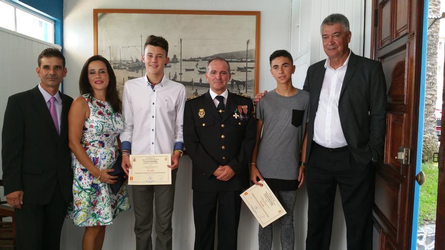Los dos alumnos junto al inspector jefe y sus padres. Foto: LUZ RODRÍGUEZ.