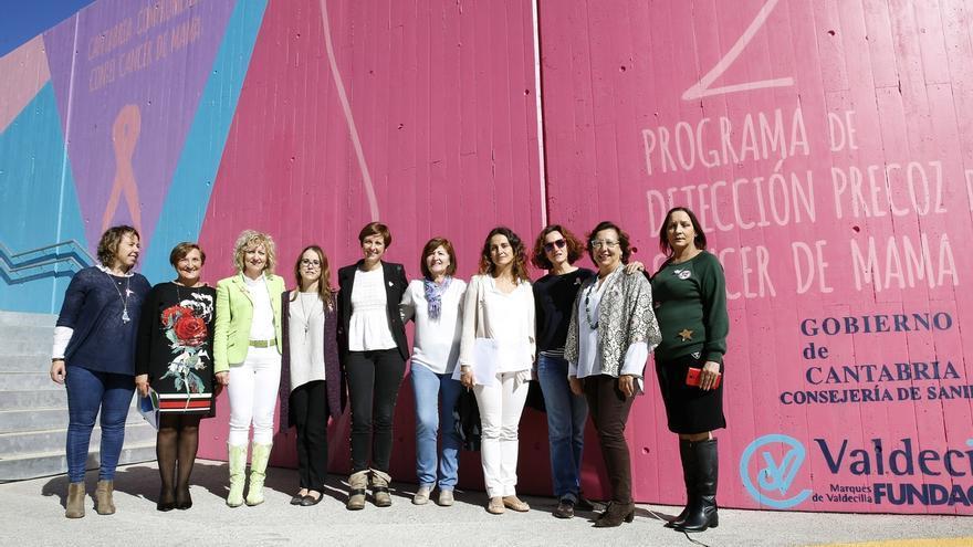Un mural reivindica en Valdecilla la lucha de las mujeres contra el cáncer de mama
