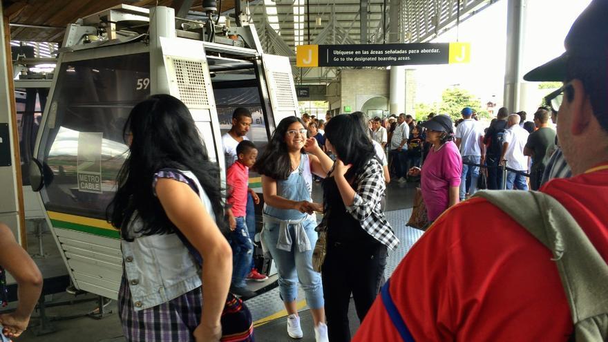 Varios colombianos, frente al Metrocable de Medellín / Héctor Abad