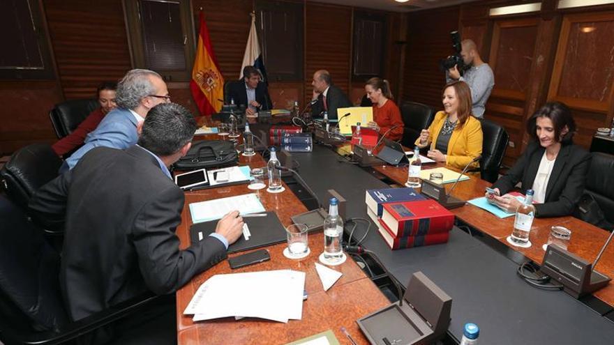 El presidente del Gobierno de Canarias, Fernando Clavijo (c), la vicepresidenta, Patricia Hernández, y los consejeros durante la reunión del consejo de gobierno. EFE/Elvira Urquijo A.