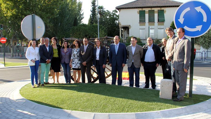 Catorce cargos públicos inauguran una rotonda en Alhendín (Granada) el pasado octubre.