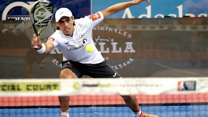 Juan Mieres durante su partido contra Agustin Silingo y Adrian Allemandi, perteneciente a los cuartos de final del Abierto de Gran Canaria, séptima prueba en la primera edición del Circuito Mundial de Pádel. EFE/Ángel Medina G.