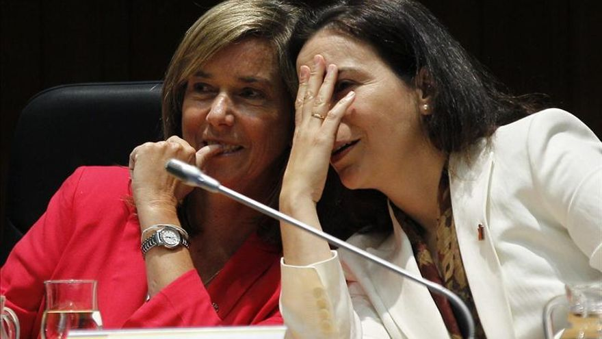 La ministra de Sanidad junto a la directora del Instituto de la Mujer. / Efe