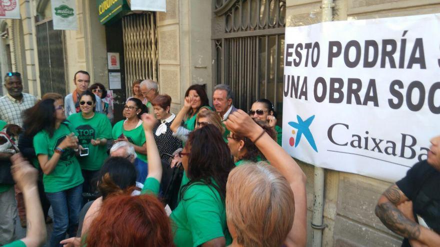Membres de la PAH s'han concentrat davant l'edifici del número 102 de Villaroel per aturar el desnonament