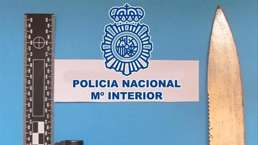 En el momento de la detención, el extrabajador del establecimiento portaba un revólver detonador y un cuchillo.
