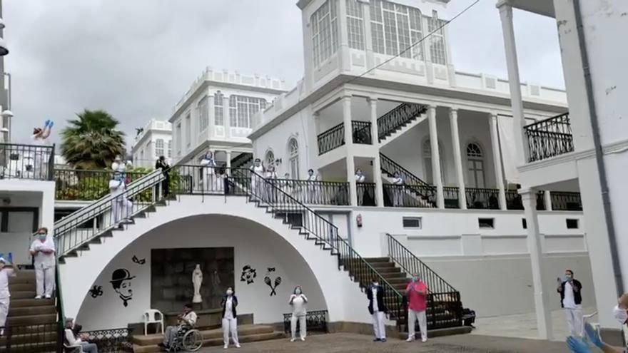 El personal del Hospital de Dolores de Santa Cruz de La Palma, este miercoles, aplaudiendo en cantado ´Resistiré'