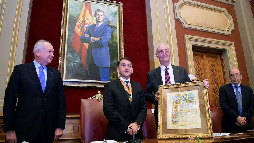 Ledesma, junto al alcalde José Manuel Bermúdez, durante el acto de nombramiento