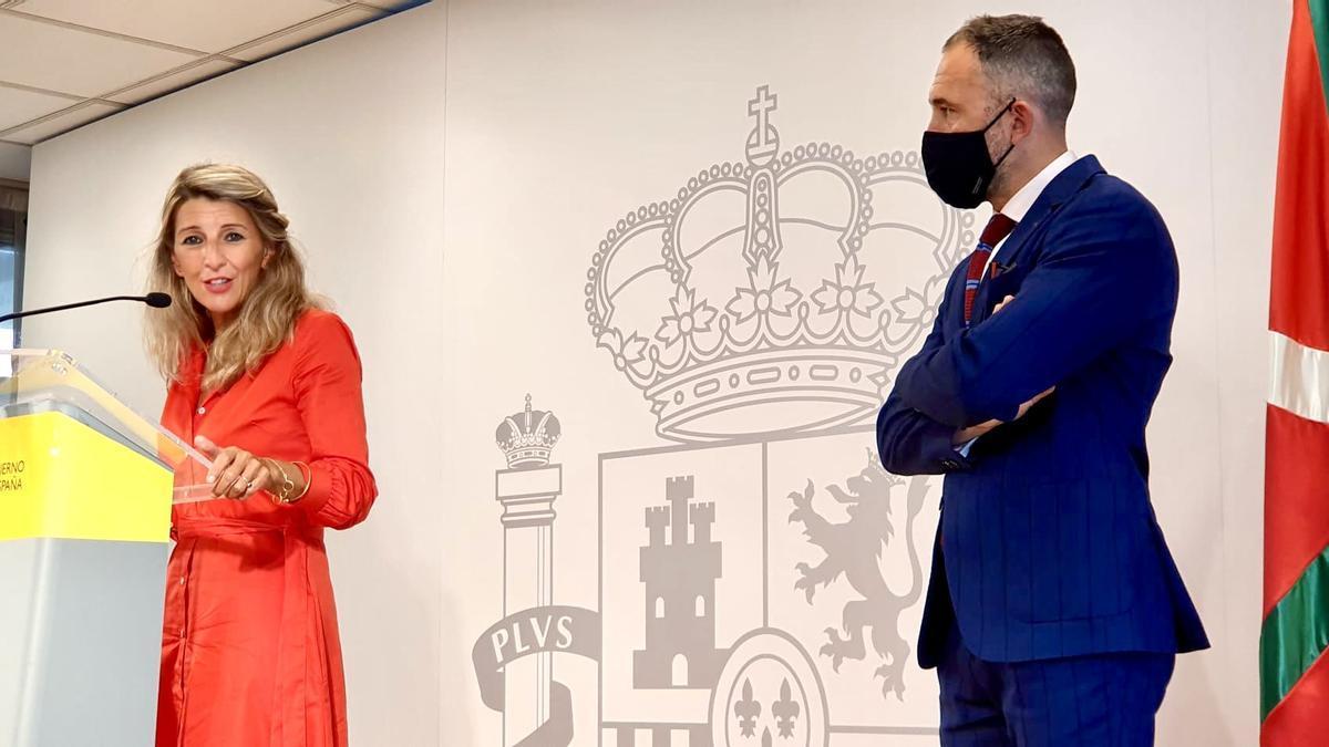 Yolanda Díaz, vicepresidenta segunda del Gobierno, acompañada de Denis Itxaso, delegado en Euskadi