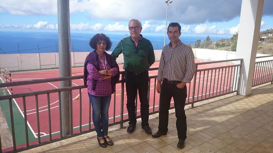 En la imagen, el alcalde del Tijarafe (centro), junto a la directora del CEO y el concejal de Servicios.