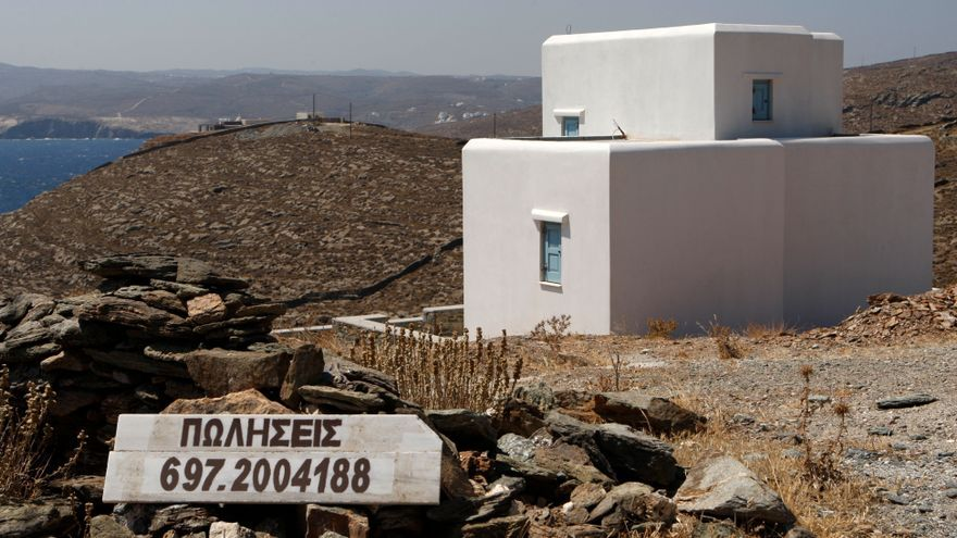 Un cartel de 'En Venta' en la isla griega de Kythos.