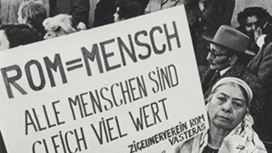 """En el cartel se lee """"Gitanos=Humanos. Todas las personas valen lo mismo. Asociacion Gitana de Vasteras Suecia"""""""