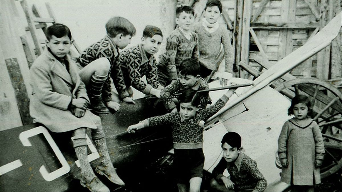 Foto de Santos Yubero incluida en el libro «TETUÁN» de niños posando en los restos de la avioneta después del accidente   https://www.aquitetuan.com