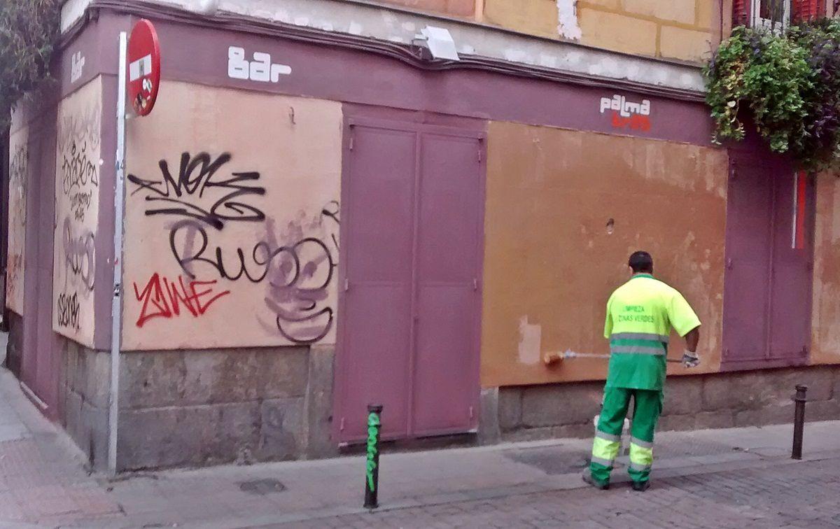 Servicios municipales pintan por encima de graffitis en la calle Palma | SOMOS MALASAÑA