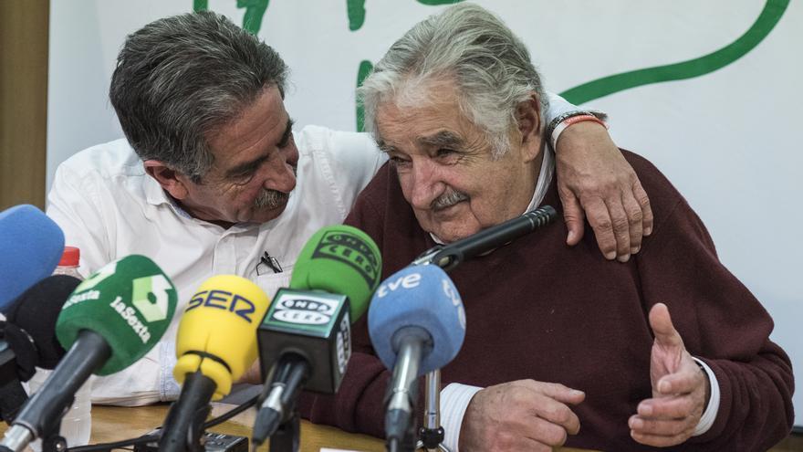 Jose Mujica y Miguel Ángel Revilla, durante la charla en el IES El Alisal, en Santander.   JAVO RODRÍGUEZ