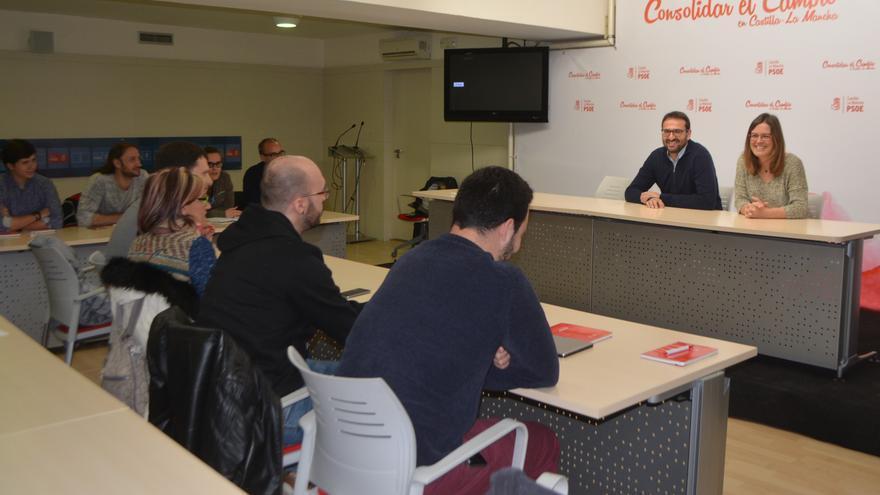Sergio Gutiérrez y la portavoz del PSOE de Toledo en una reunión, este sábado