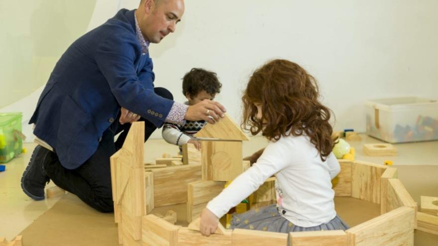 Ritxar Bacete juega con sus hijos. Foto: Quintas