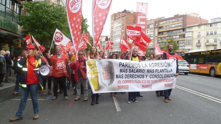 Trabajadores de Correos se manifiestan para exigir más plantilla y desbloquear la negociación colectiva