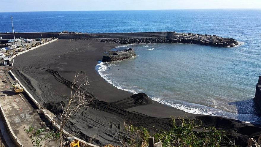 En la imagen, la playa de Puerto Espíndola, este miércoles, donde se está reponiendo arena por un volumen total 7.000 metros cúbicos. Foto: JOSÉ TOMÁS RODRÍGUEZ DE PAZ.