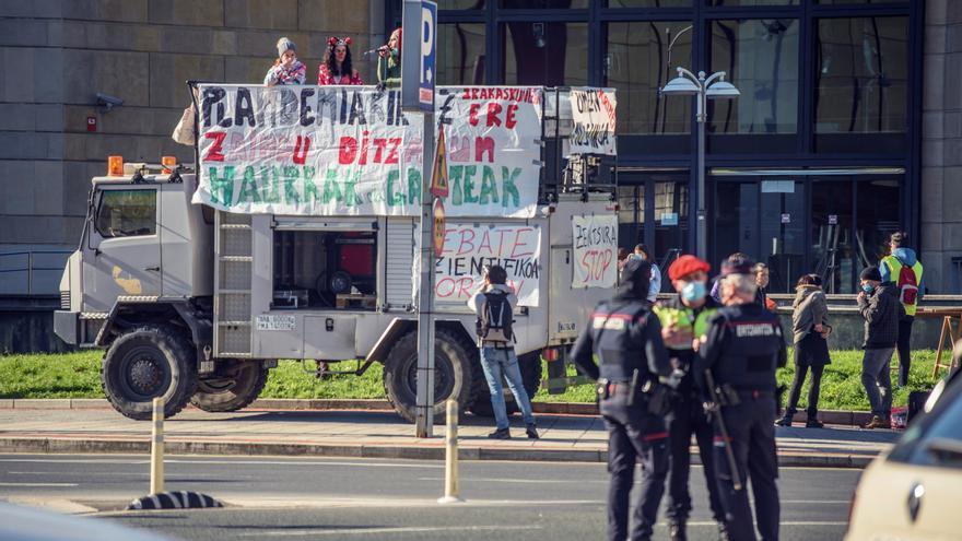 """Un arrestado en una marcha """"contra la versión oficial"""" del covid en Bilbao"""