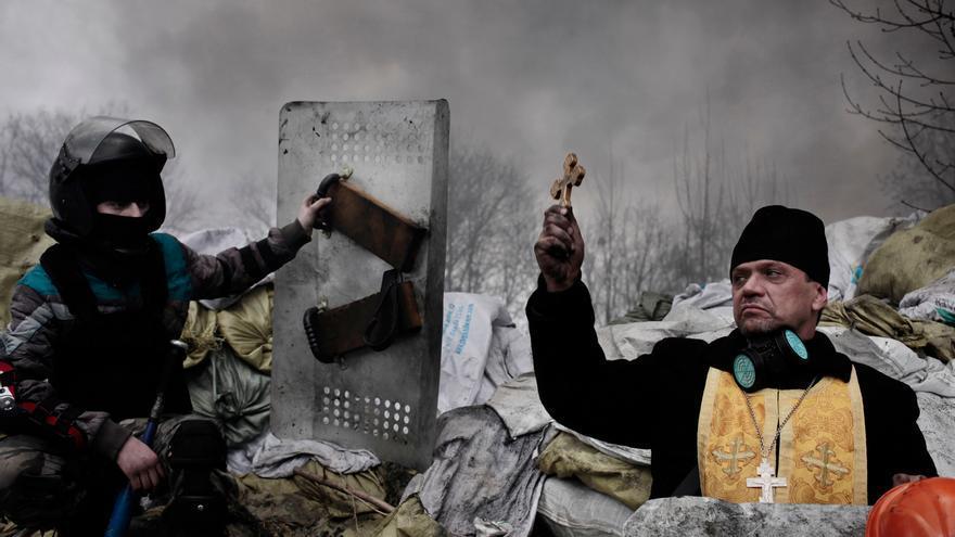 Un manifestante pide ayuda médica para otro combatiente en la plaza Maidán, de Kiev. Jerome Sessini/Premio World Press Photo