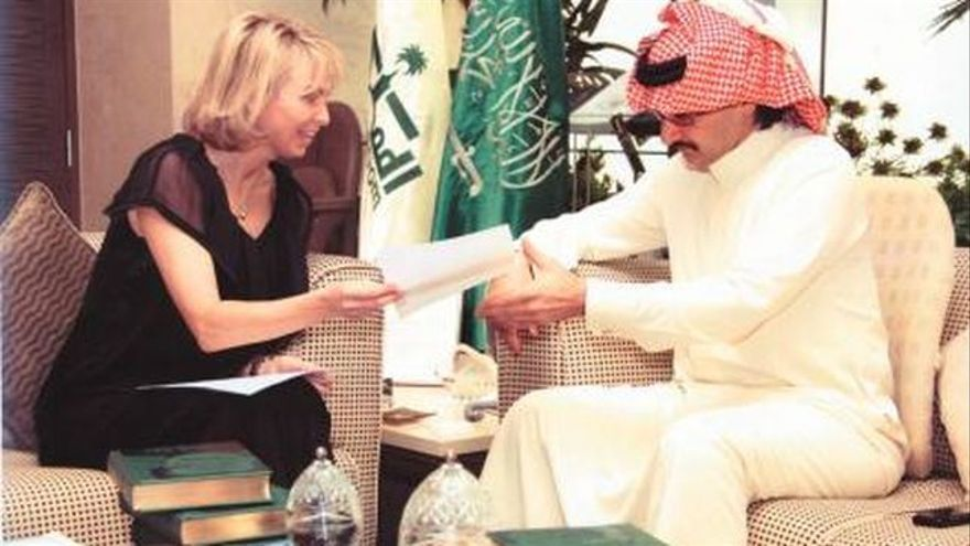 """Corinna y el príncipe saudí Al-Waleed bin Talal en Riad, en la reunión de junio de 2007 a la que ella acudió como """"representante"""" del rey. AL RIYADH"""