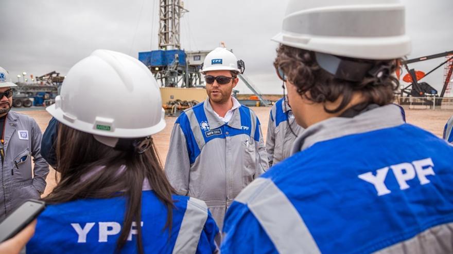 Técnicos de YPF explican el trabajo de la empresa argentina en Loma Campana, el proyecto de fracking más importante fuera de Norteamérica.