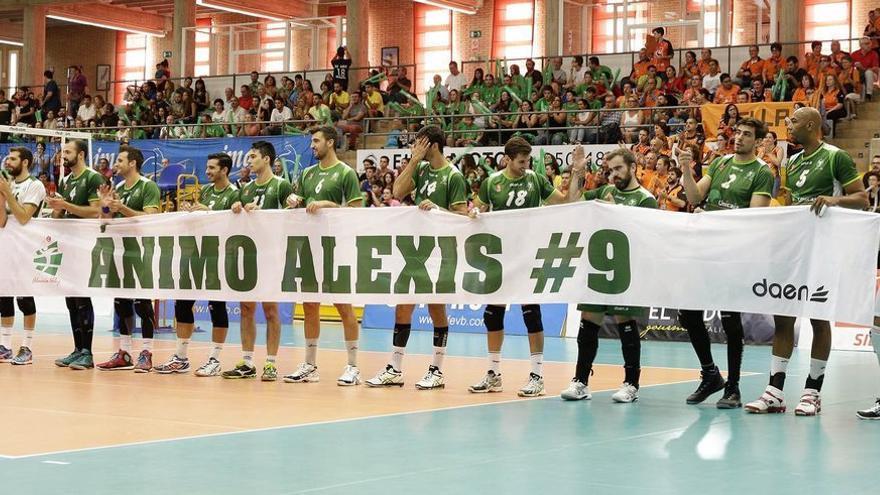 El Unicaja Almería –con Alex Fernández el primero por la derecha- con la pancarta de apoyo a Alexis Valido. (RFEVb).