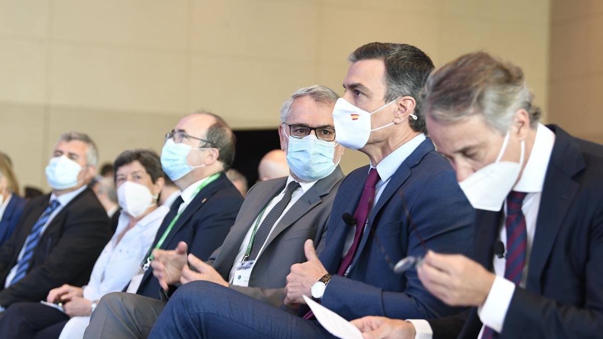 Sánchez, junto a los responsables del Cercle y el ministro Iceta, durante las jornadas en Barcelona