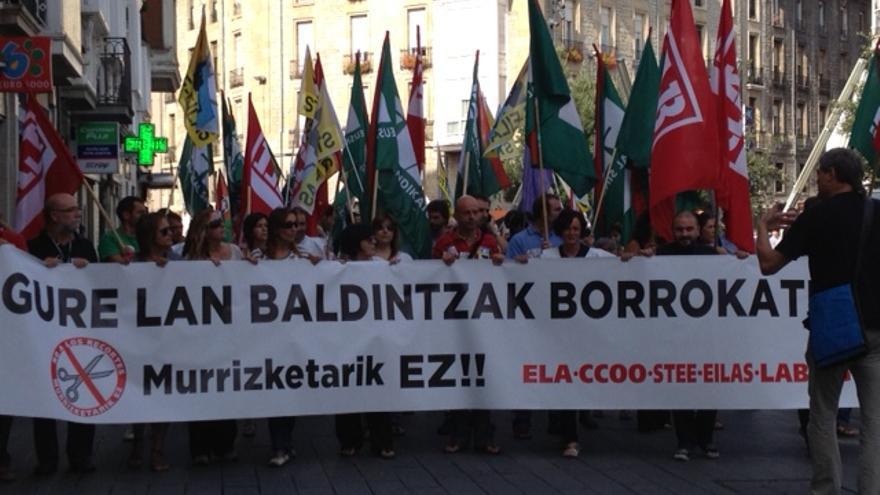 Los docentes de la concertada se manifiestan contra los recortes por el centro de Vitoria.