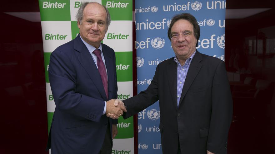 El presidente de Binter, Pedro Agustín del Castillo, y el presidente de UNICEF Comité Canarias, Amós García.