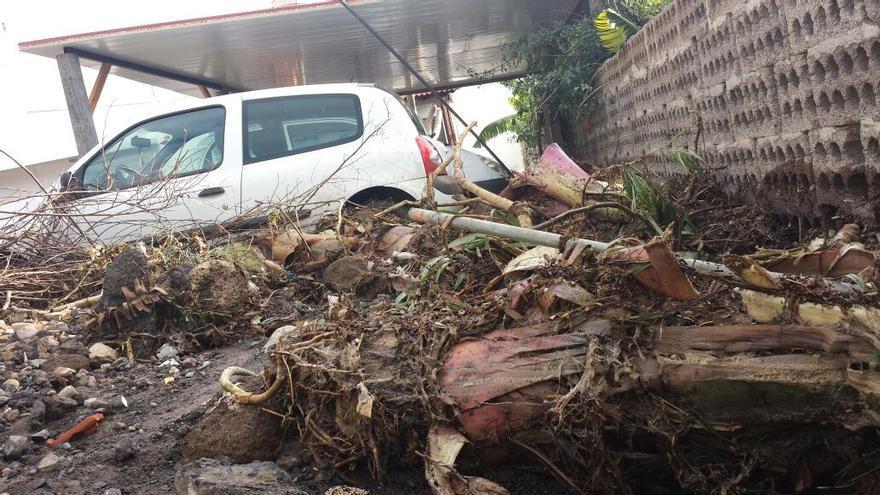 En la imagen, uno de los vehículos que la riada arrastró hasta cerca de la casa.