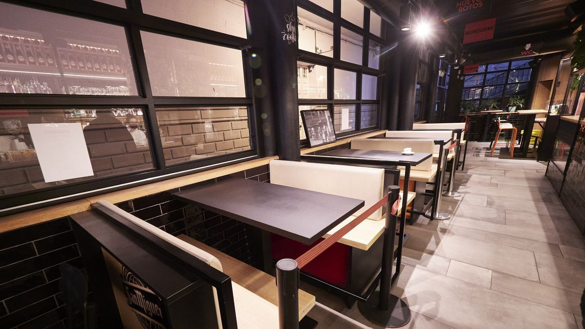 Mesas con medidas de seguridad en un restaurante